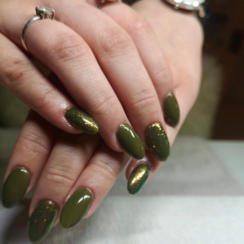Grønne negle hos Hasseris Skin Lounge
