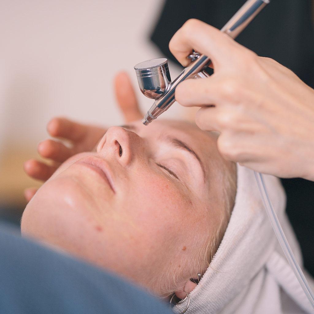 dermaOXY oxygenbehandling hos Hasseris Skin Lounge i Aalborg